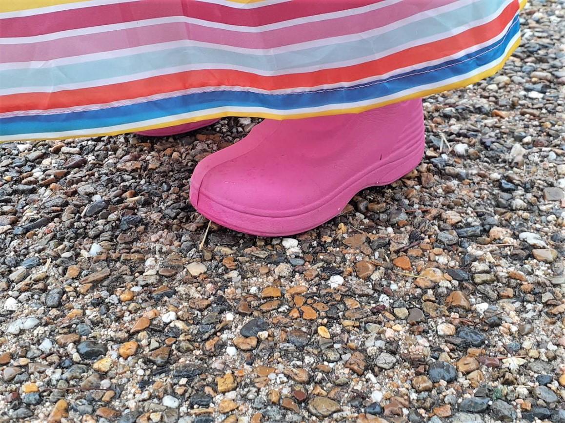 子どものレインスカートは直進縫いで簡単!蒸し暑い日でも足は濡れず快適☆作り方を紹介